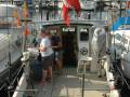 """BIMMER satte ifølge den aftalte slagplan trollingsgrejet straks ude i Kongedybet og kursen nordover. Ved Middelgrundsfortet blev maskintelegrafen sat på stop og downriggerne bjærget. Nu var det tid at sende børsteormene i aktion - men ak. """"Vi fløj bare derudaf i de næsten to knobs strøm,"""" forklarede skipper Per efterfølgende, så det var svært at holde bund med de ormebehængte fladfisketackler. Per, og besætningsmedlemmerne Anja og Alex, sadlede da også om igen, først til trolling og siden pirkefiskeri i Hollænderdybet."""