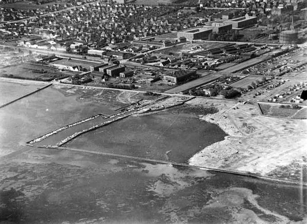 Vores havn omkring 1938, før søndre bassin blev lavet. Du kan se den smalle bro til Helgoland, Vølunds fabrikshaller og den hvide Villa Sano.