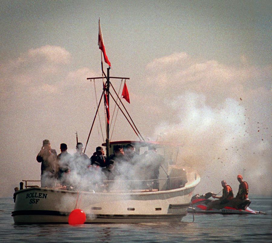 Der skydes fra Bollen april 2004 ved Kronprins Frederik & Kronprinsesse Marys officielle åbning af Strandparken
