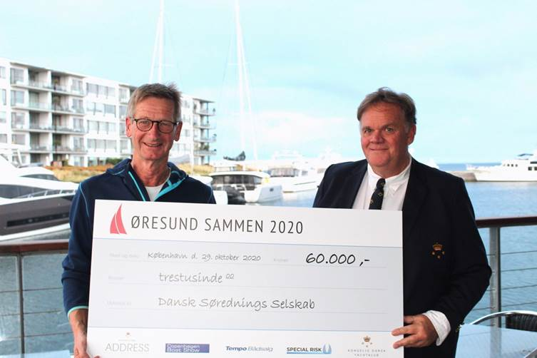 Steen Wintlev-Jensen fra Dansk Søredningsselskab og Carl Erik Kjærsgaard formand i Kongelig Dansk Yachtklub, ved overrækkelsen i Tuborg Havn.